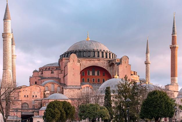 Incroyable Hagia Sophia Ou Hagia Sophia Eglise De La Sainte Sagesse Le Matin Avec Coucher De Soleil à Istanbul, Turquie Photo Premium