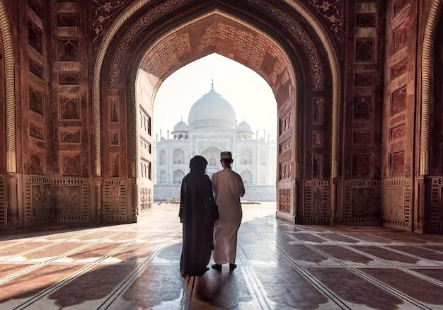 Inde. palais indien du taj mahal. architecture islamique. porte à la mosquée Photo Premium