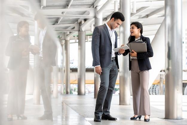 Indien, homme affaires, et, femme affaires, parler dehors Photo Premium