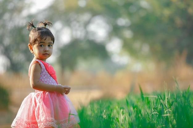 Indien petite fille jouant Photo Premium