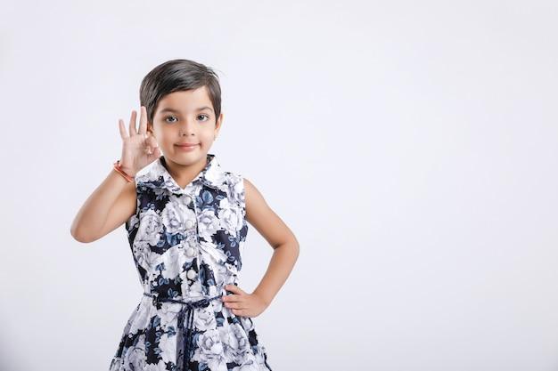Indienne petite fille indiquant la direction avec la main Photo Premium