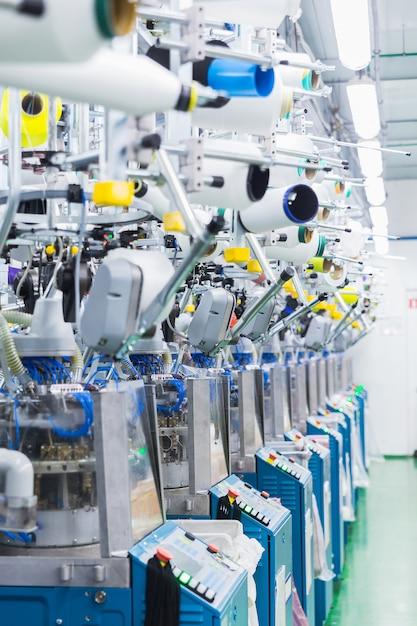 Industrie textile avec machines à tricoter Photo Premium