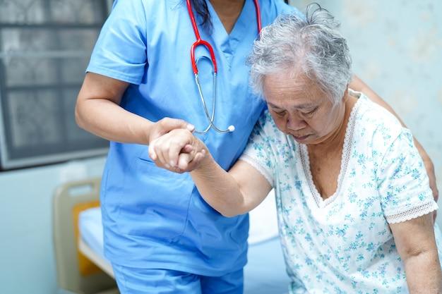Infirmière asiatique médecin physiothérapeute soins, aide et soutien patiente âgée vieille femme. Photo Premium