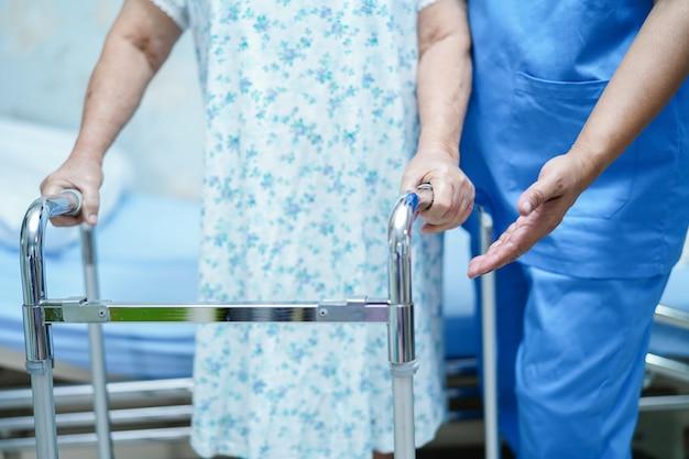 Infirmière asiatique physiothérapeute médecin, aide et soutien vieille femme âgée patient avec w Photo Premium