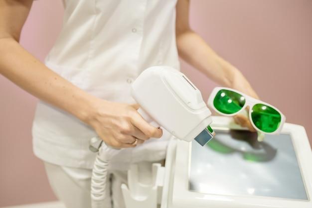 L'infirmière Effectue Les Manipulations Avec L'appareil De Drainage Lymphatique Sur L'abdomen De La Femme, Faisant Un Massage Anti-cellulite Photo Premium