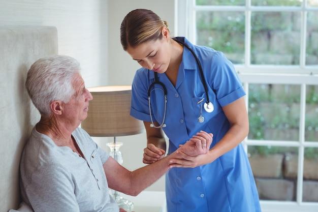 Infirmière Examinant Homme Senior Photo Premium