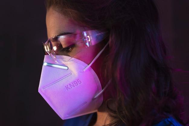 Infirmière Portant Un Costume Hazmat, Des Lunettes De Protection Et Un Masque Antiviral Kn95 Pour Covid19 Photo Premium