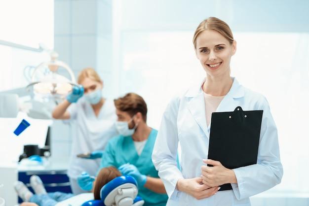 Une infirmière pose avec des dentistes Photo Premium