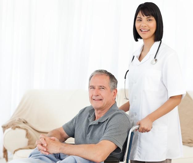 Infirmière avec son patient en regardant la caméra Photo Premium