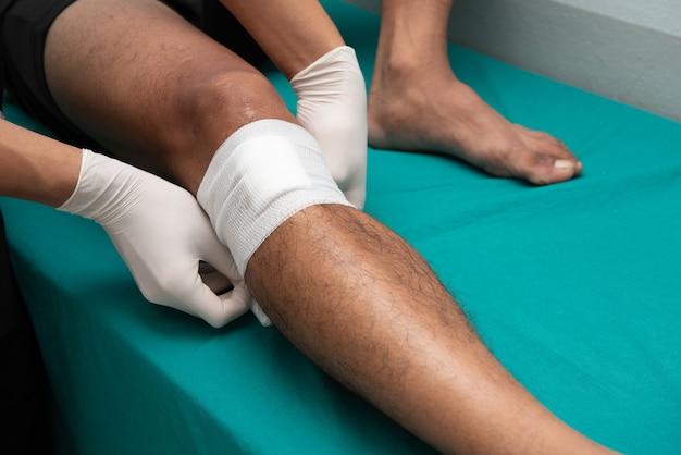 Les infirmières fabriquent des ulcères de jambe dans la salle d'urgence. Photo Premium
