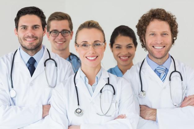 Infirmières Et Médecins Heureux à L'hôpital Photo Premium