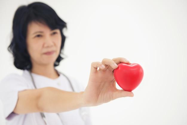 Les infirmières utilisent les mains pour montrer le concept de forme de coeur Photo Premium