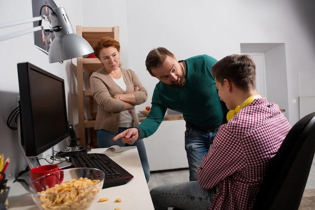 Influence néfaste des jeux informatiques sur les adolescents. Photo Premium