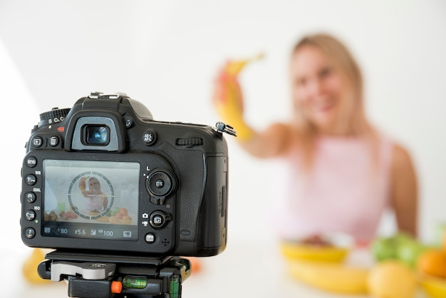 Influenceur blond enregistrant des aliments nutritifs Photo gratuit
