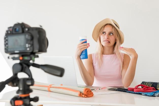 Un influenceur blond enregistre une vidéo de vacances Photo gratuit
