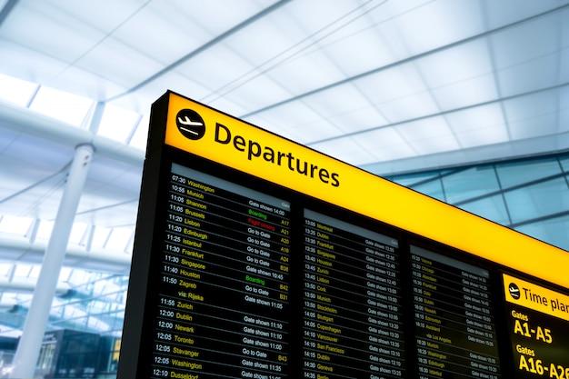Information de vol, arrivée, départ à l'aéroport, londres, angleterre Photo Premium