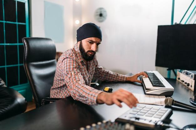 Ingénierie Audio, L'homme Travaille Avec Un Clavier Musical En Studio. Technologie D'enregistrement Sonore Numérique Professionnelle Photo Premium