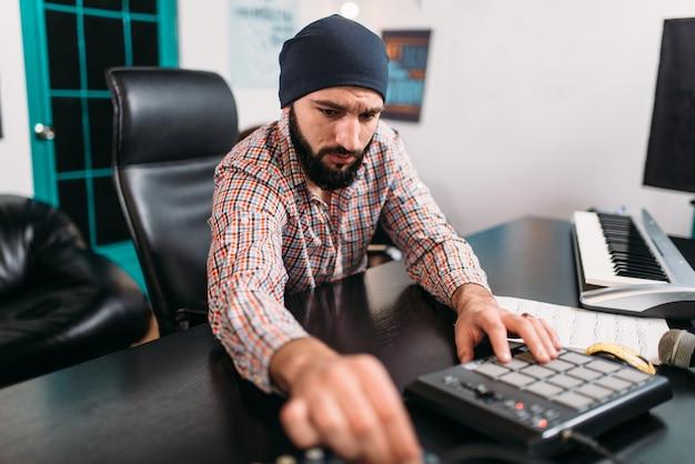 Ingénierie Audio, L'homme Travaille Avec Un Clavier Musical Photo Premium
