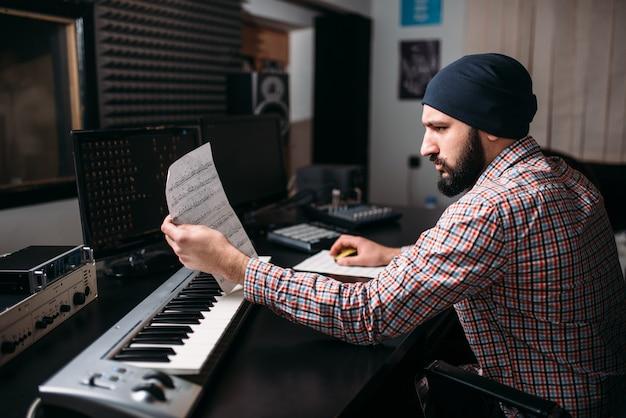 Ingénierie Audio, Le Producteur Sonore Travaille Avec Un Synthétiseur En Studio. Technologie Des Médias Numériques Professionnels Photo Premium