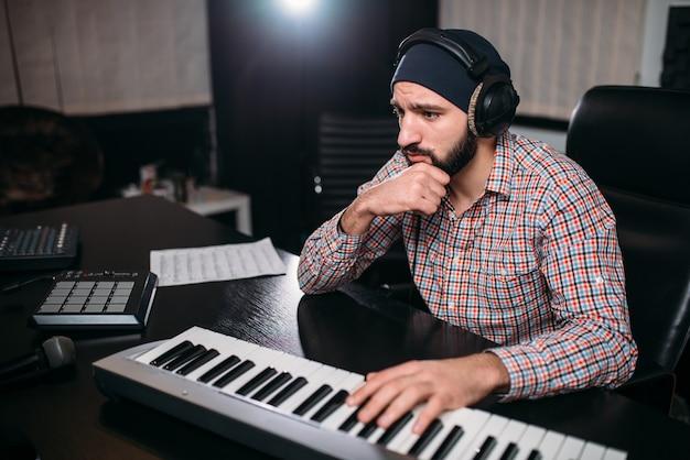 Ingénierie Audio, Soundman Travaille Avec Synthétiseur Photo Premium