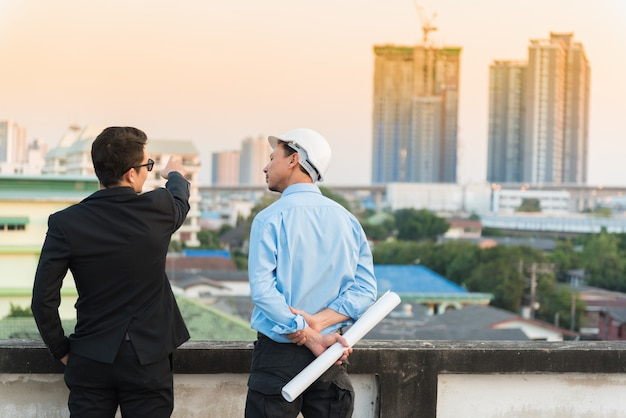 Ingénieur d'affaires asiatique travaillant avec impression bleue. Photo Premium