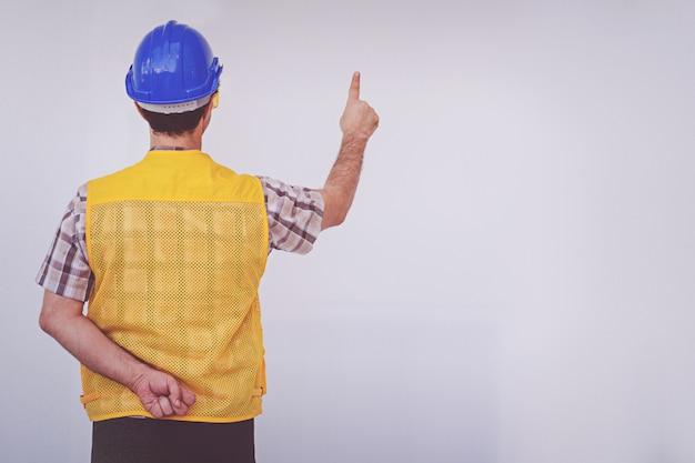 Un ingénieur arabe porte un casque de sécurité bleu Photo Premium