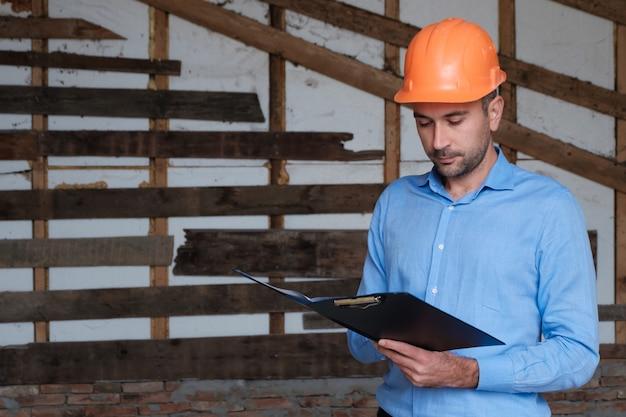 Ingénieur Architecte Constructeur De Bâtiments Portant Un Casque Orange Photo Premium