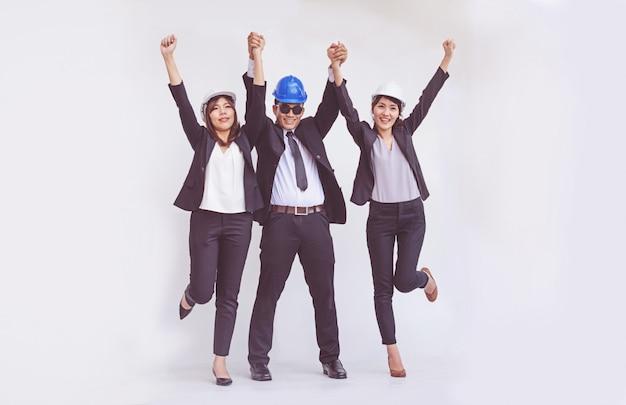 Ingénieur et architecte debout à bras ouverts parmi heureux Photo Premium