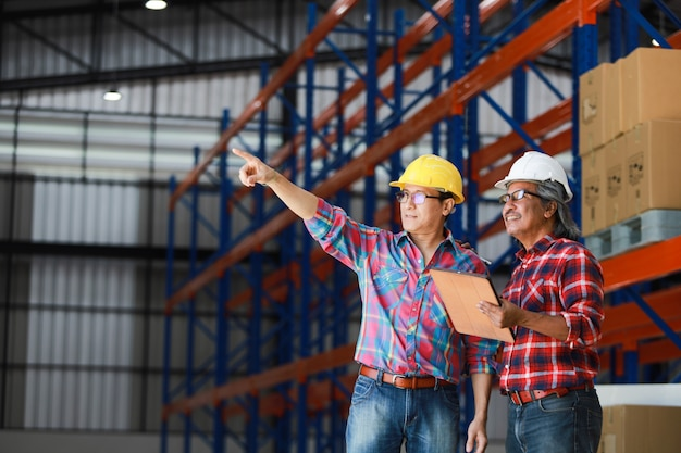 Ingénieur Asiatique Homme Travaillant Dans L'usine De Construction Photo Premium