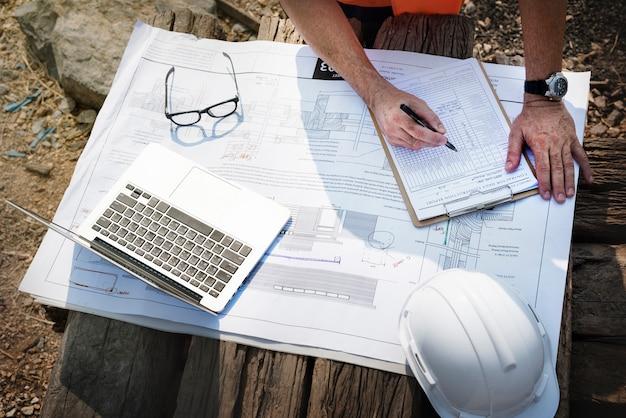 Ingénieur De Chantier Sur Un Chantier De Construction Photo gratuit
