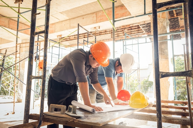 Ingénieur de chantier de deux hommes d'affaires Photo Premium