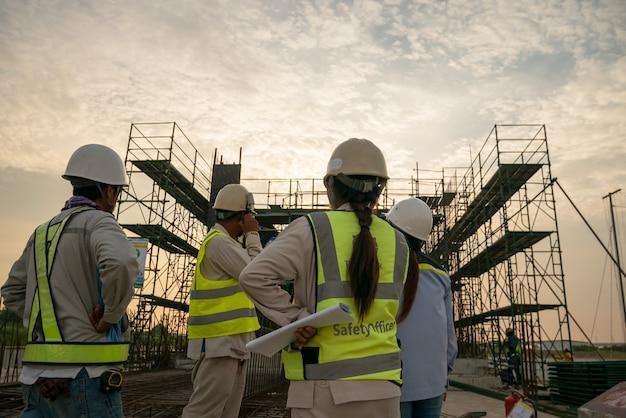 Ingénieur de construction sur chantier Photo Premium