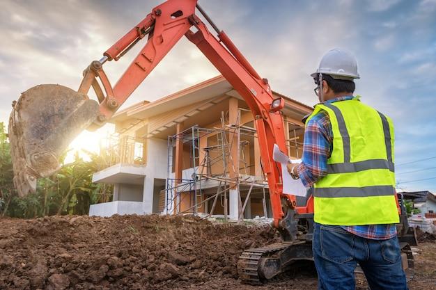 Ingénieur En Construction Contrôle Les Travaux Sur Le Chantier Photo Premium