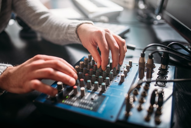 Ingénieur Du Son Masculin Mains Sur Le Panneau De Contrôle Du Volume. Studio D'enregistrement De Musique Numérique. Photo Premium