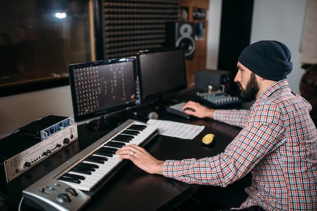 Ingénieur Du Son Travaille Avec Un Clavier Musical En Studio. Technologie D'enregistrement Sonore Numérique Professionnelle Photo Premium