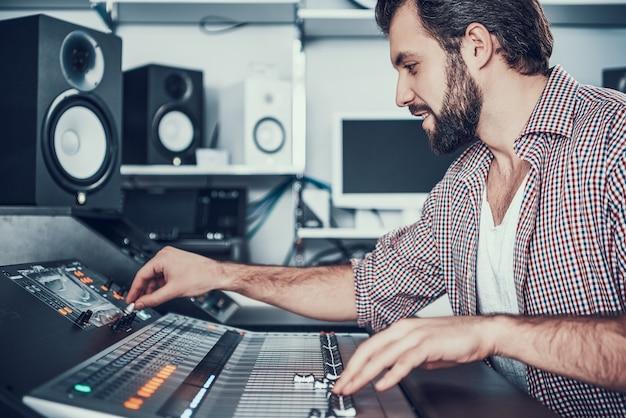 Ingénieur du son utilisant une table de mixage studio. Photo Premium