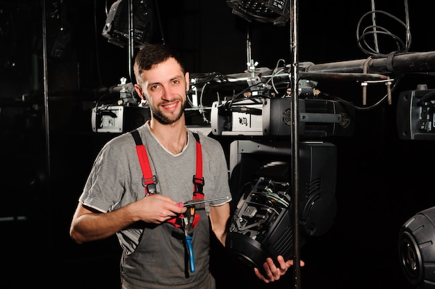 L'ingénieur en éclairage ajuste les lumières de la scène. Photo Premium