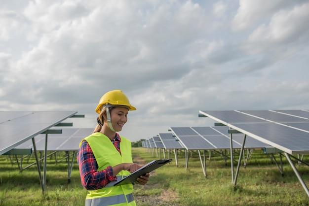 Ingénieur électrique vérifiant et entretenant les cellules solaires. Photo gratuit