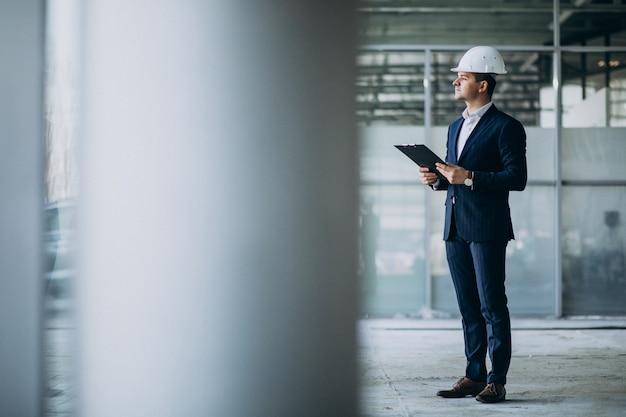 Ingénieur Homme D'affaires Beau Dans Un Casque Dans Un Immeuble Photo gratuit