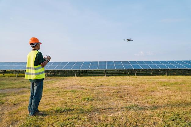 Ingénieur Inspecter Et Vérifier Le Panneau Solaire Par Drone à La Centrale Solaire Photo Premium