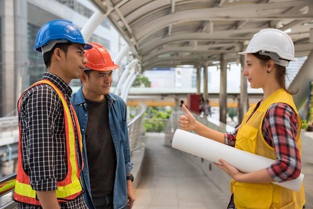 Ingénieur manager thumb to équipe Photo Premium