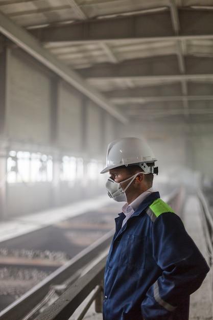 Un Ingénieur Des Mines Dans Un Casque Blanc Et Un Respirateur Inspecte Un Atelier Sale Poussiéreux Photo Premium
