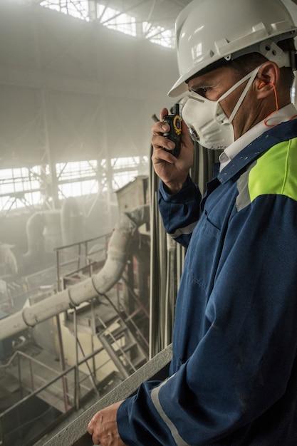 Ingénieur Des Mines En Respirateur à Casque Blanc Supervise Les Travaux De L'atelier De Granit Photo Premium