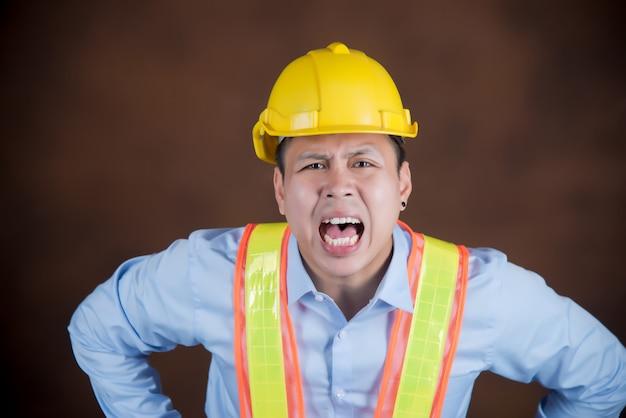 Ingénieur, ouvrier du bâtiment effrayé par le choc Photo gratuit