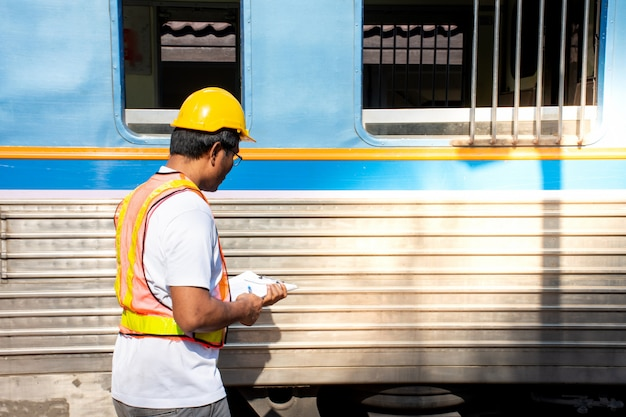 Ingénieur portant un casque de sécurité avec train de contrôle Photo Premium