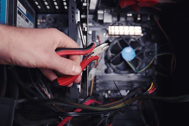 L'ingénieur Répare L'ordinateur. Photo Premium