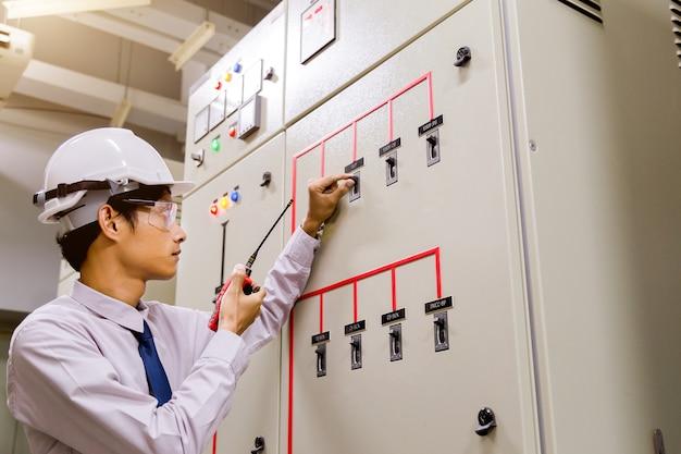 Ingénieur de salle de contrôle. panneau de configuration de la centrale. Photo Premium