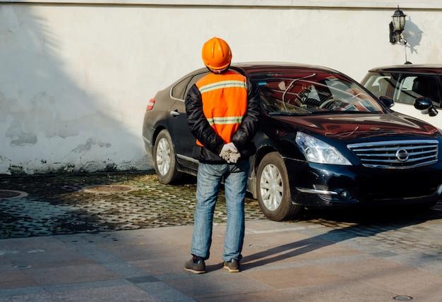 Ingénieur en structure dans des gilets de travail orange et des chauves-souris dures en levant Photo Premium