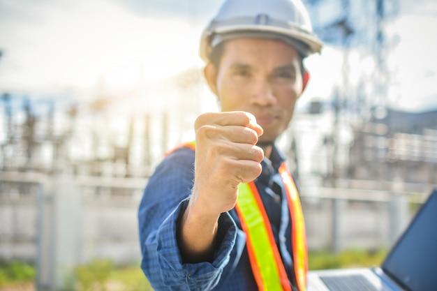 Ingénieur tenant la main sur le lieu de travail Photo Premium