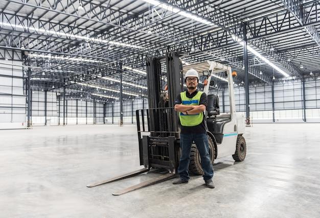 Ingénieur travaillant et debout dans un entrepôt Photo Premium
